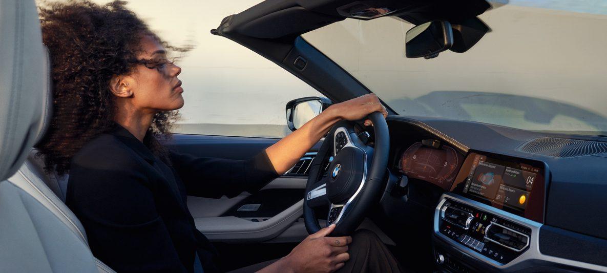 BMW 4er Cabrio G23 2020 Innenraum mit Lenkrad, Instrumententafel und Control Display