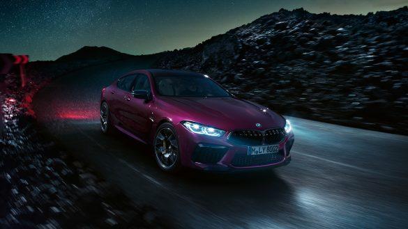 BMW 8er Gran Coupé M von rechts vorne bei Nacht auf der Straße