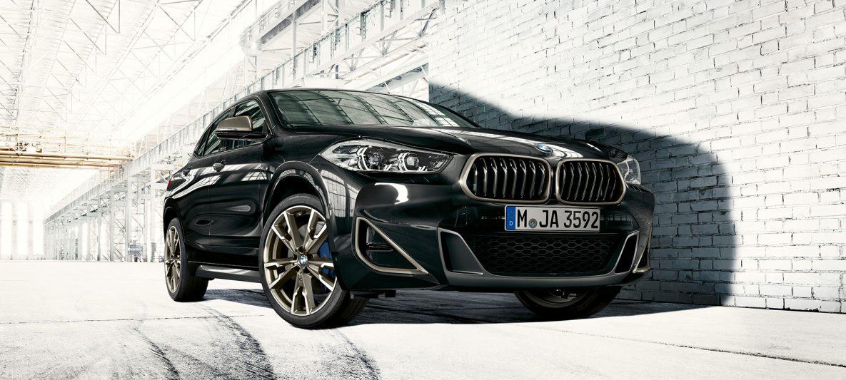 BMW Doppelniere BMW X2 M35i Saphirschwarz metallic F39 Dreiviertel-Frontansicht