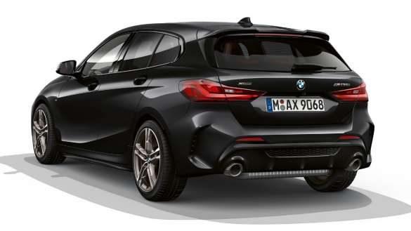 BMW M135i xDrive mit M Aerodynamikpaket von links hinten